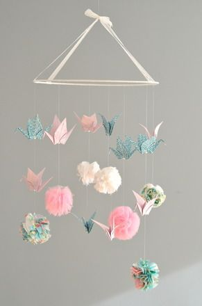 Mobile pompons (tissu, tulle, liberty...) et grues en origami (sur commande uniquement) Modèle déposé. Matériaux utilisés : - Coton blanc, vert menthe clair, rose - 12628247