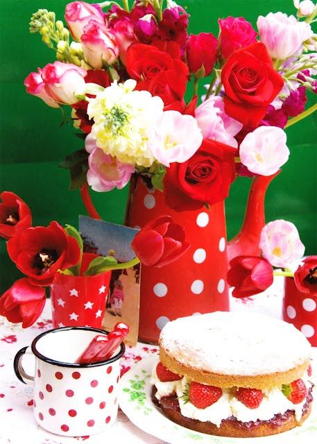 flores, tazas, pastel de frutas...¿qué más se puede pedir?
