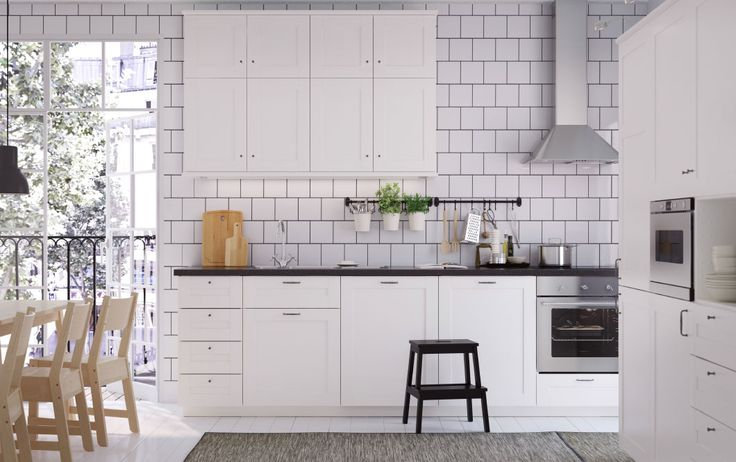 Mellemstort hvidt køkken med sorte bordplader, greb og knopper - ikea küche landhaus