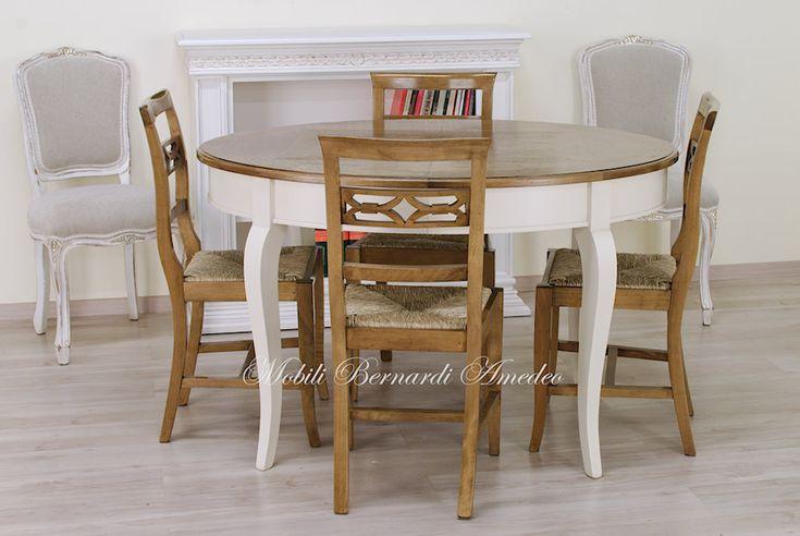 Tavolo ovale allungabile finitura bicolore con top in rovere e ciliegio, piallato a mano, basamento laccato avorio. Sedie in noce nazionale finitura chiara e anticata