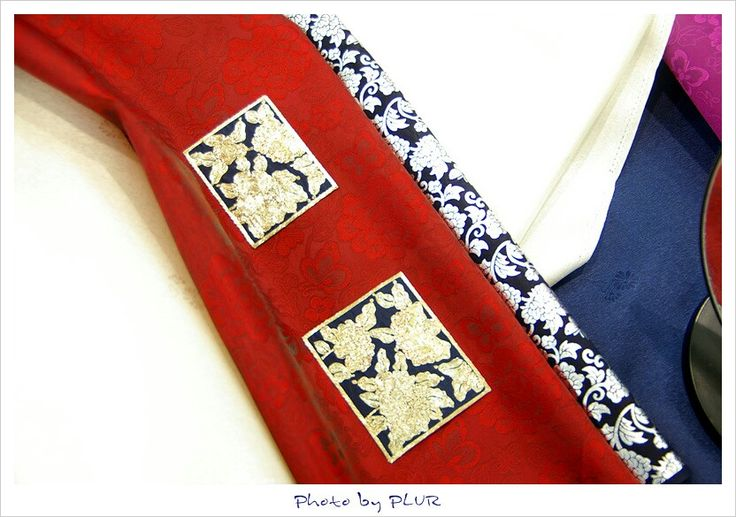 Some materials and ornamentations for tradional formal dress(Hanbok, 한복) for men of Korea.  Very awesome color mix, isn't it?