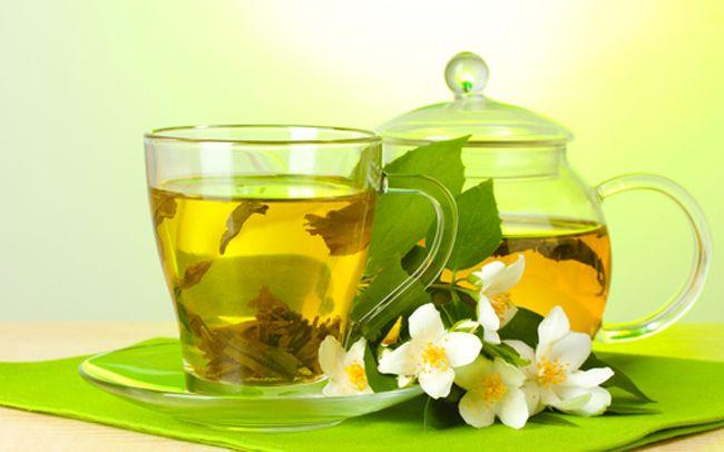 Зеленый чай в металлической банке