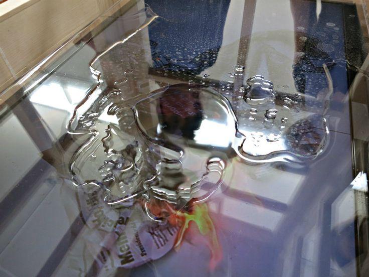 """""""Nave"""" (foto, bandeja e saco com água), instalação de Antonio Manuel, na 56ª Bienal de Veneza/Foto: Patricia Rousseaux"""