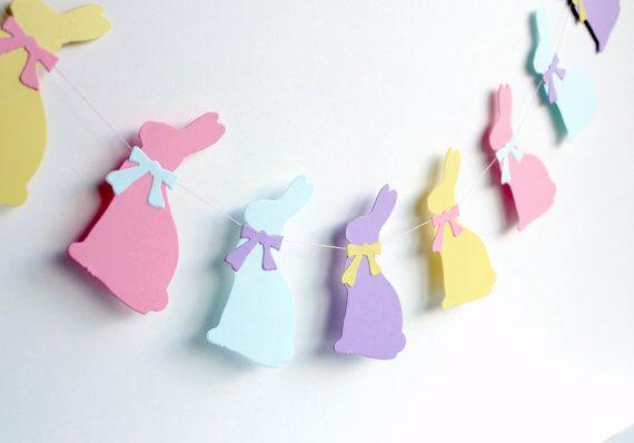 Ghirlanda di Pasqua, coniglietto pastello banner, primavera arredamento, decorazione del coniglietto di Pasqua, ghirlanda di carta rosa, blu, viola, giallo. Questo grande volontà di Pasqua coniglietto ghirlanda sopra il camino, come decorazione della finestra, Pasqua foto prop ecc.  Lunghezza della ghirlanda: 4 piedi Colori: rosa, azzurro, giallo, viola - colori pastello Dimensione del coniglietto: 4,25 x 2.5 pollici (10,8 cm x 6,4 cm)   16 coniglietti a ogni garland.  I coniglietti sono…