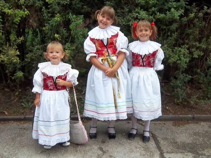 V srpnu byly v Kroměříži dožínky. Spousta lidí v krojích, a protože holky chodí do folklorního souboru Rozmarýnek , kroje nás taky neminul...