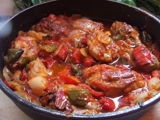 POLLO FRITO CON TOMATE  ¿A quién no le gusta el pollo con tomate? Uno de los platos más socorridos y baratos que hay. Ya sé que es una receta muy simple y que el paso a paso no era del todo necesario, pero para los que todavía no se aclaran mucho en la cocina les vendrá muy bien.  Ingredientes:  Un pollo entero troceado o cuatro muslos y contramuslos troceados. 3 cebollas cortadas en trozos grandes. Un pimiento rojo y uno verde grandes. 4 ó 5 ajos partidos por la mitad con piel. Toma