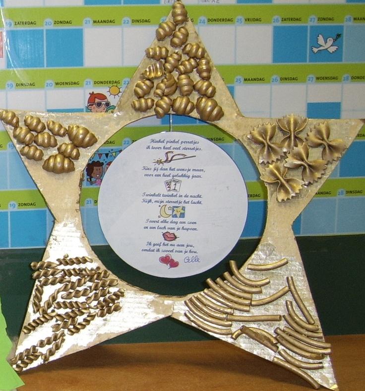 Kartonnen ster versierd met deegwaren als nieuwjaarsbrief
