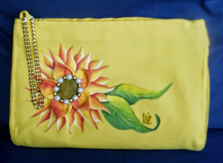 Idee in Atelier di Liz       : NÉCESSAIRE O POCHETTE CON GIRASOLE E FIORE KANZASH... la si può usare come nécessaire o come pochette da polso, simpatica, di un giallo vivace con un allegro girasole dipinto e rifinito con un fiore kanzashi cucito sopra.