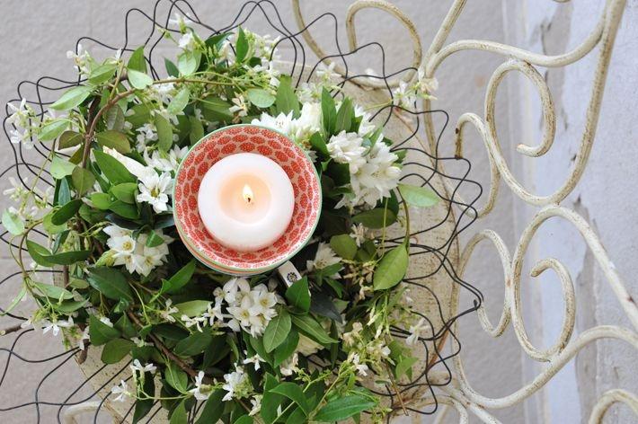 Velas, flores, verde y bowls de colores: un centro sencillo y original.