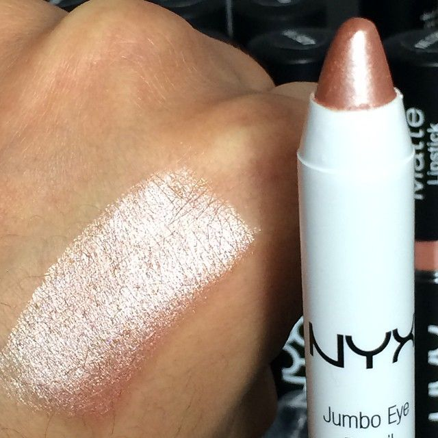 Fab @tobinmua swatching NYX Jumbo Eye Pencil in 'Yogurt'! Perfect for the inner corner highlight and as an eyeshadow base!