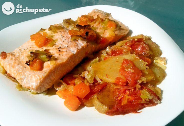 Cómo preparar un delicioso salmón al horno con unas patatas y verduras al horno. Una receta sana y muy fácil, perfecta para cenar ligero o llevar en tupper al trabajo.