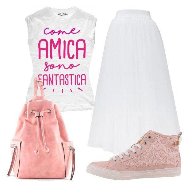 Una spiritosa t-shirt viene indossata con una gonna bianca lunga di tulle, per una proposta pensata per un'uscita tra amiche. Le scarpe sono delle sneakers in pizzo rosa, mentre la borsa è uno zainetto, sempre rosa.