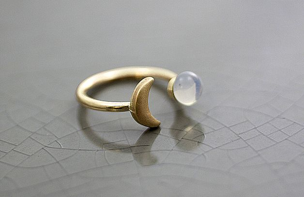 Goldener Ring mit Mond und Glasopal, Boho Schmuck, Festival / fesival boho jewelry: golden ring with moon made by Villa Sorgenfrei via DaWanda.com