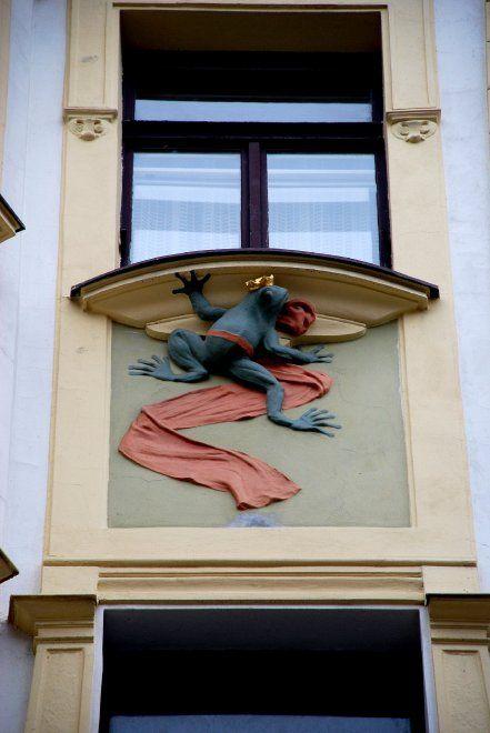 """""""Il palazzo della leggenda del Re ranocchio""""  Costruito dall'architetto O. Polívka tra il 1901 e il 1904, il palazzo U Nováku, in stile Art Nouveau, è abbellito da incantevoli motivi vegetali e splendidi mosaici, opera del pittore simbolista Jan Preisler. Sotto le finestre del secondo piano si possono vedere le sculture di due rane dalla corona d'oro e dalla sciarpa di lino rosso, un riferimento alla leggenda slava del Re Ranocchio. Secondo questa leggenda, la corona magica poteva essere…"""