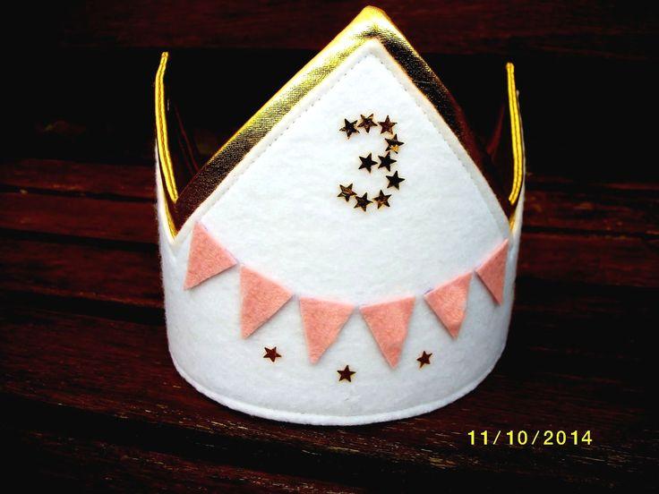 Goud met wit vilt :verjaardagskroon op verzoek voor een 3 jarig meisje. Op zijkant staan gouden sterretjes.
