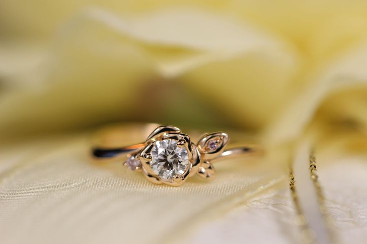 華やかなイメージを与える バラモチーフの婚約指輪 - 京都・神戸で結婚指輪・婚約指輪・フルオーダーメイド・リフォーム・修理・手作り指輪制作