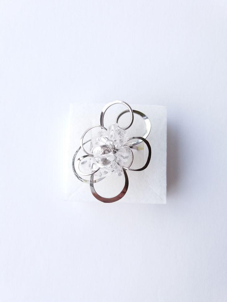 """Prsten+Nr.134+""""Poezie+křišťálem+oděná""""+Autorský+šperk.+Originál,+který+existuje+pouze+vjednom+jediném+exempláři+z+kolekce+""""Variací+na+květy"""".Vyniká+svou+lehkostí,+jedinečným+výrazem,+kouzelným+prostorovým+tvarem+a+krásou+křišťálových+zlomků,+které+se+ve+světle+krásně+třpytí.+Prostorový+tvar+vždy+vypadá+velmi+lehce,+vzdušně,+zajímavě+a+na+ruce,+která..."""