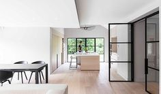 Lichte houten keuken met spoeleiland   wit aanrechtblad   bargedeelte   stalen ramen & deuren   afsluitbare nis in kastenwand   Juma Architects Project K home