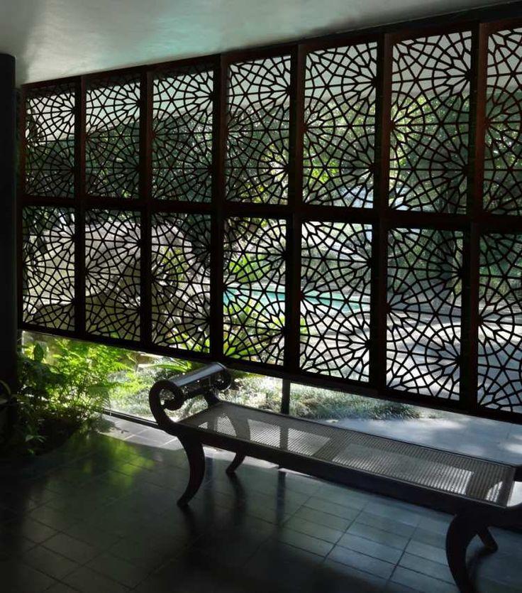 panneau occultant métallique noir et banc de jardin assortie