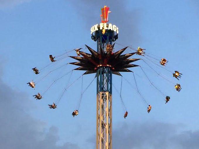 Six Flags Sky Screamer México y horarios de Semana Santa La ves desde que entras al parque, es esa nueva torre que sobresale por encima de todos los juegos (incluso del Superman). El Sky Screamer impone, pero si no le tienes un terror absoluto a las alturas vas a disfrutar mucho de la nueva atracción de Six Flags.