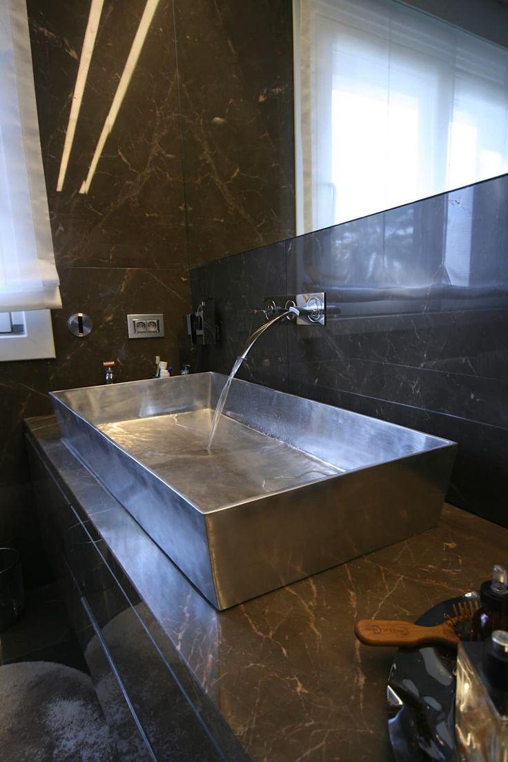 """Casa Joe - bagno master  """"lui"""" - lavabo alluminio a disegno: Bagno in stile in stile Moderno di studiodonizelli"""