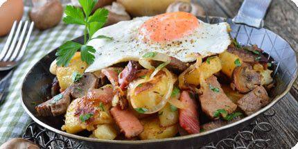 Tiroler Gröstl - aardappels met blokjes spek en een gebakken ei