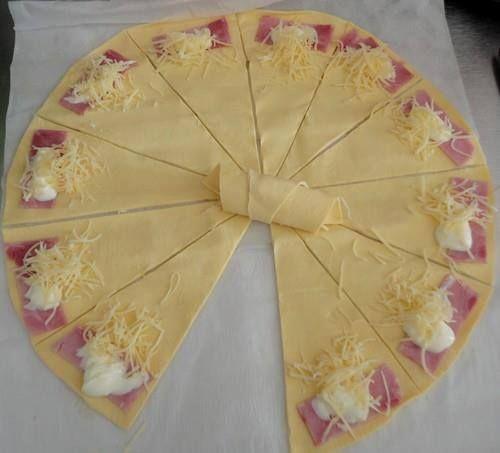 Ingrédients : - une pâte feuilletée - une tranche de jambon - de la crème fraîche - du fromage râpé Préparation : - Découpez des triangles de pâte, garnissez-les - Enfournez 10 à 15 min à 180 °. 2 idées de variantes : - crème fraîche, râpé et tapenade...