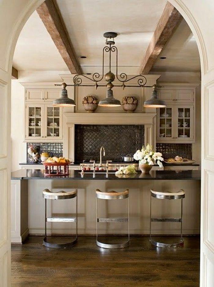 cuisine de style rustique, lustre en fer forgé, cuisine moderne déco blanc, plafond haut