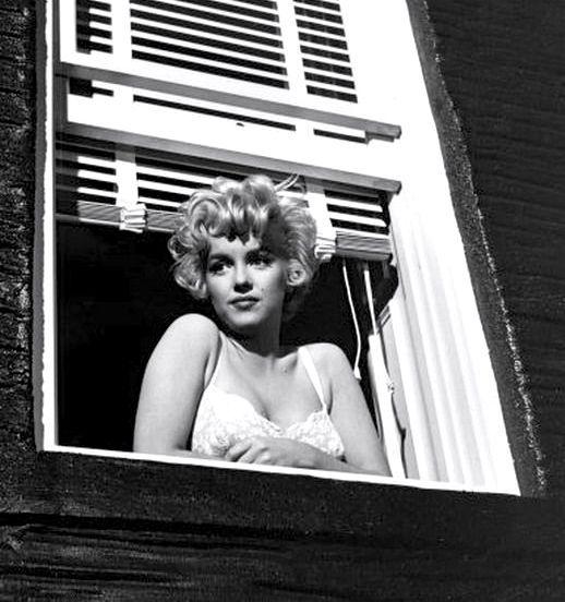 фото мерлин монро на балконе в амбассадор полезная нужная вещь