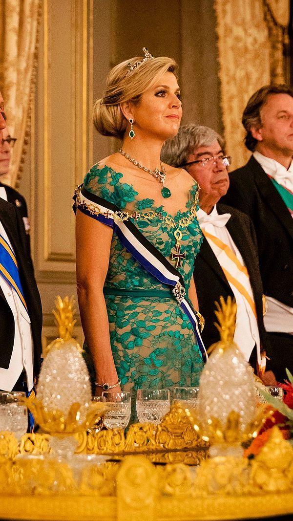 Avondjurken van Taminiau, kostbare juwelen en koningin Máxima's lievelings hoed. Klik voor de foto's!