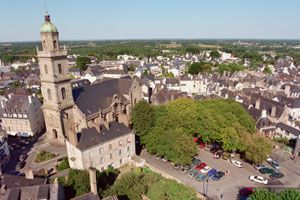 Auray : l'église St-Gildas et la place Notre-Dame