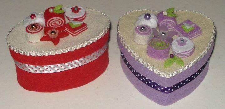 Piccole scatole rivestite e decorate con pasticcini di feltro.