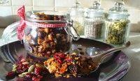 Zelfgemaakte suikervrije granola met zaden, noten en gedroogde veenbessen. Makkelijk om te maken, heerlijk als ontbijt of als snack.