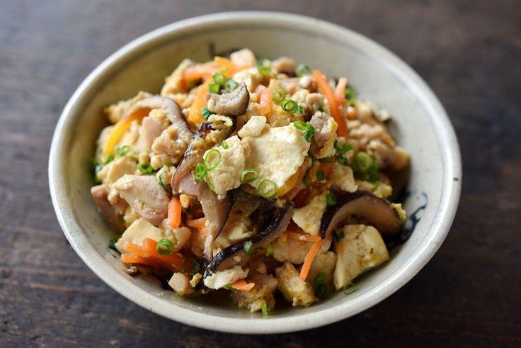 いちばん丁寧な和食レシピサイト、白ごはん.comの『炒り豆腐』のレシピページです。豆腐を使った和のおかずでこれだけごはんがすすむ味付けのものは他にないかもしれません。「ごはんとセットでたっぷり食べる」そんな我が家の味付けの紹介です。
