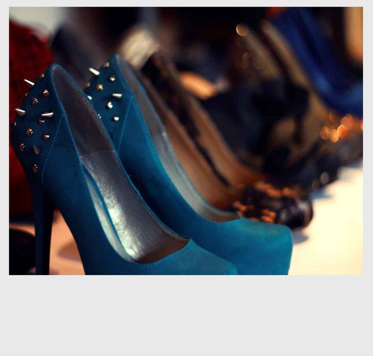 Los accesorios de M A D E traen vanguardia, color y mucha moda. Zapatos, botines, collares y ropa.