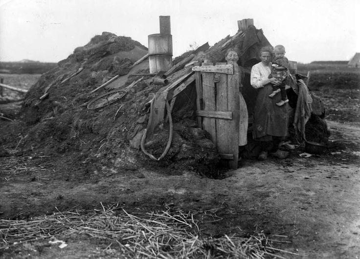 plaggenhut in Drenthe 1936. Het was een niet gezonde manier van wonen: moeilijk te verwarmen en daarmee vochtig. Er waren geen sanitaire voorzieningen, er werd in de openlucht gepoept en gepiest. Het drinkwater kwam uit de wieken (de vaargeulen) of uit drabberige putten. De gemiddelde leeftijd was niet hoog.