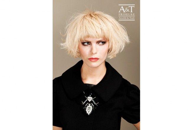 -Blonder gestufter Pagenkopf- Dieser Pagenkopf hat einen besonders leichten und lockeren Fall. Ein Haarschnitt,der nur trocken gepustet werden muss.