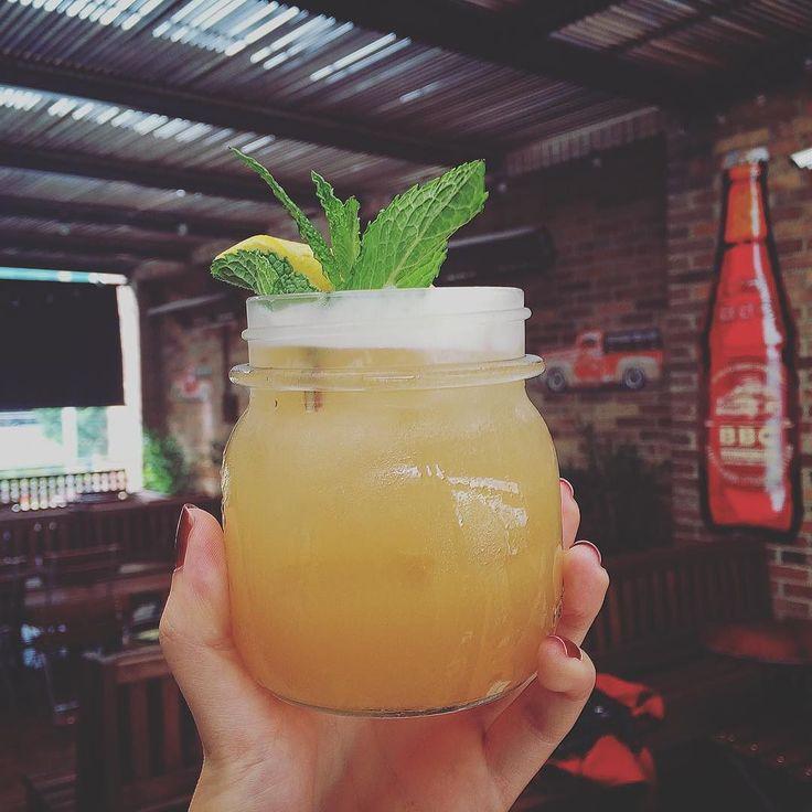 Estamos haciendo experimentos. Qué tal un Bourbon Sour con Bacatá Blanca? #bogotabeercompany #bbcbacatablanca #coctelbbc #bbcpub by bogotabeercompany