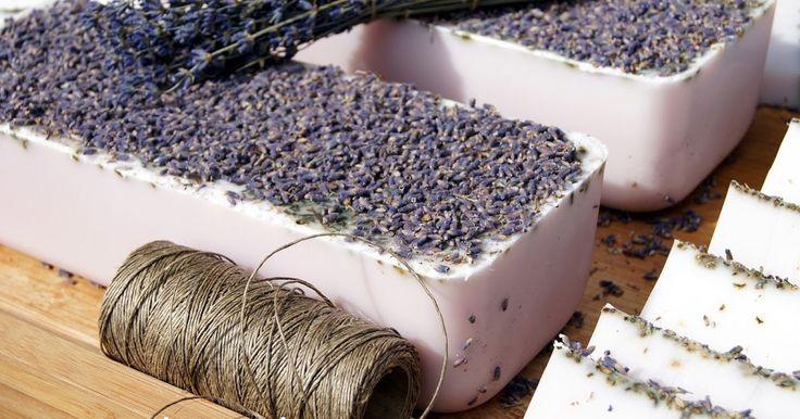 Mydło lawendowe  olejkiem lawendowym i suszoną lawendą #olejeklawendowy #mydło #lawenda #ślublawendowy