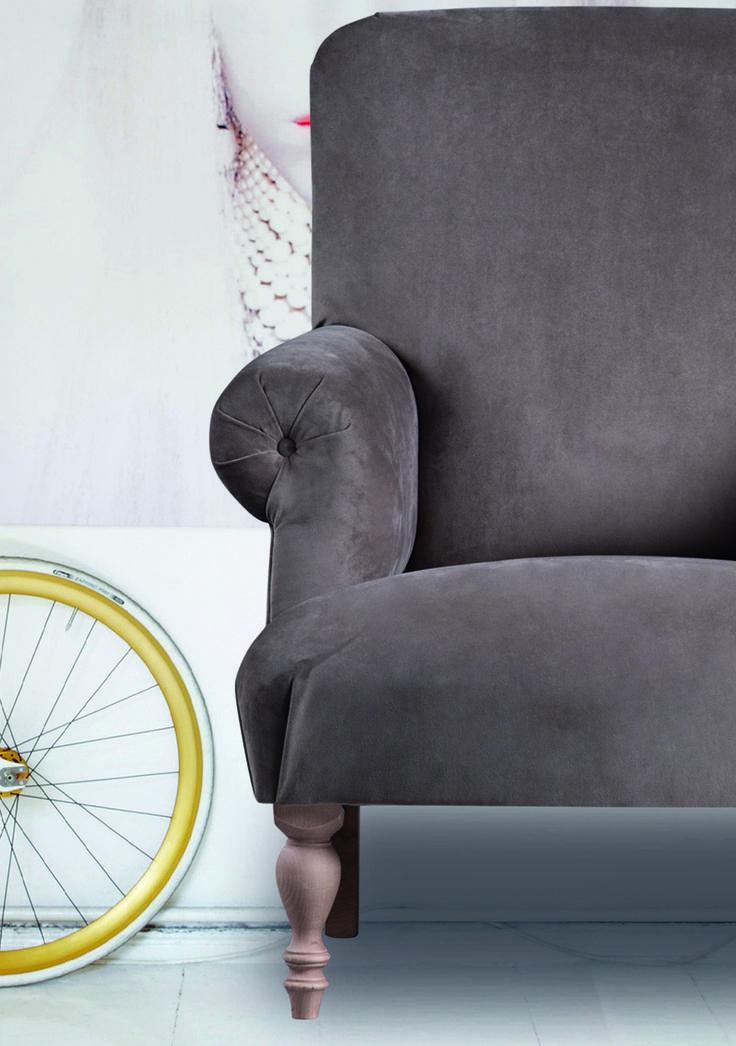 Elegante fauteuils van hoogwaardige kwaliteit. Sierlijke vormen, gedraaide poten en subliem zitcomfort, dat zijn de kenmerken van dit zusje van de gecapitonneerde fauteuil Chenet.  Meubitrend - Meubelen - Fauteuil - Wooninspiratie