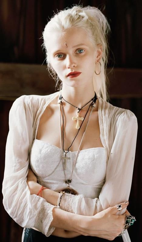 Abbey Lee is beautiful! I wish I could pull of that hair like she does #PlatinumBlonde