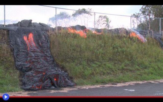 L'effetto distruttivo della lava nelle Hawaii Nascosta in mezzo a un turbine di fumo, assisa sopra un trono di spade d'ossidiana, la dea Pele guarda pensierosa le pareti del cratere Halemaumau, il più pericoloso e ardente dell'intero massiccio v #lava #vulcani #hawaii #geologia #fuoco