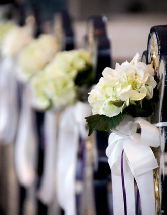 Kirchendekoration Hochzeit, Gangdekoration, Bankdekoration, Hortensien mit Schleifen