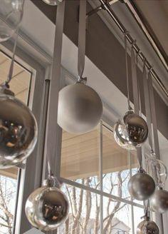 weihnachten baumkugeln silber fensterdeko