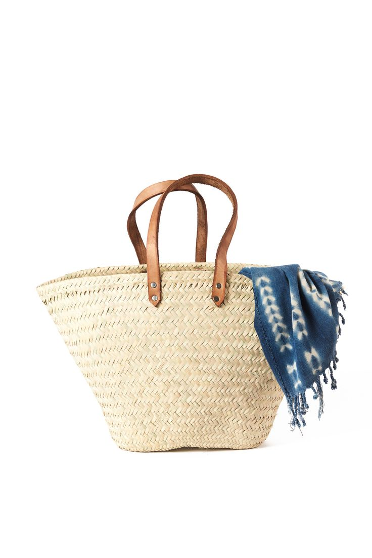 A large and spaciousmarket bagfeaturing leather handles and woven straw. Perfect for holding your fruits and veggies on those weekend trips to the farmer's ma