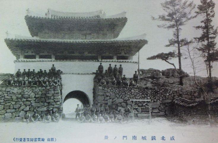 일제강점기 일본군들이 경성읍성 남문 앞에서 단체사진을 찍는 모습인데 경성읍성 남문 여기에 용두와 취두의 모습은 보이지 않습니다. 경성읍성은 현 북한에 있습니다.   팬저의 국방여행 : 용두와 취두가 있는 읍성의 성문 누각