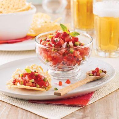 Tuiles de parmesan à la ciboulette et salsa fraise-tomate - Recettes - Cuisine et nutrition - Pratico Pratiques - Potluck