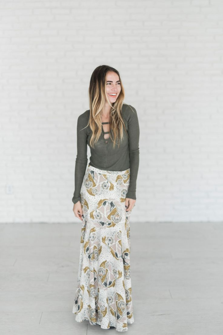 - Crepe fabric - High-rise - All-over print - Thigh-high split - Side zip fastening - Relaxed fit - Machine wash - 100% Polyester See Sierra's sizing HERE, she is wearing size 2
