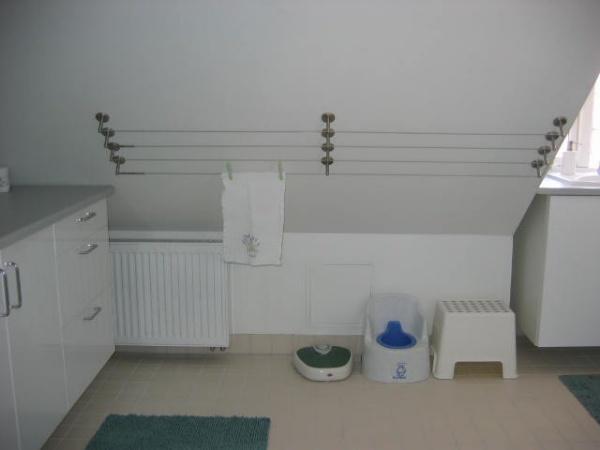 Udnyttelse af skråvæg i badeværelse