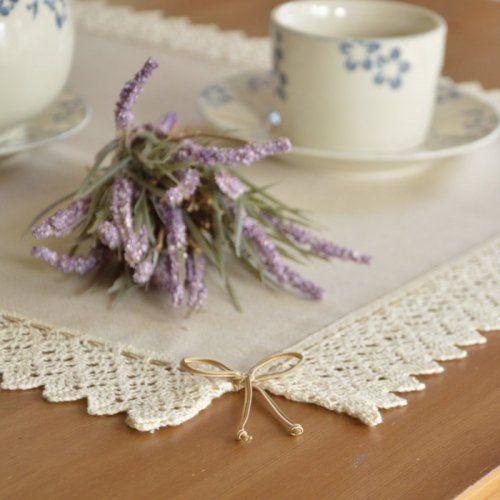 BIEŻNIK LNIANY BEŻOWY Z KORONKĄ ANTONINA Bieżnik lniany beżowy, ozdobiony bawełnianą dwukolorową koronką 5 cm, podwójnymi koronkowymi kokardkami w rogach.